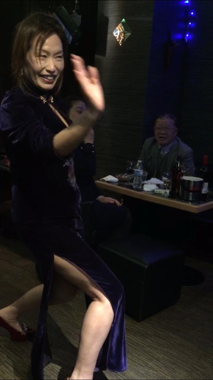 カラオケで盛り上がるダンス